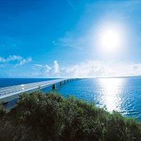伊良部大橋・・・世界屈指の透明度を誇り橋から見渡せる海も絶景(イメージ)