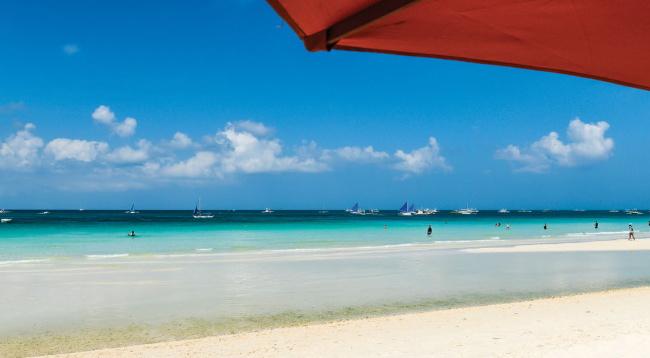 ホテル目の前には美しいホワイトビーチが広がります。ステーション2もホテル目の前です/イメージ/ボラカイ マンダリン