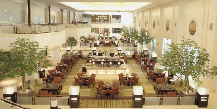 どこへいくにも便利な立地に位置し、オープンから人気が絶えないホテルです/ロビーイメージ