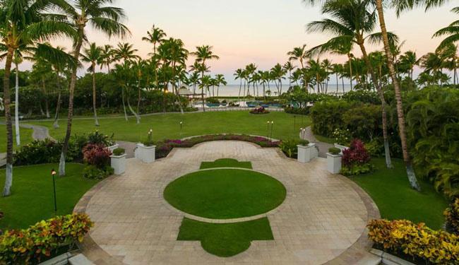 緑が多い中庭の向こうにハワイ島では貴重な白砂ビーチ/フェアモントオーキッド/イメージ