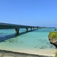 美しい海を渡る離島間の池間大橋。ドライブに最適!