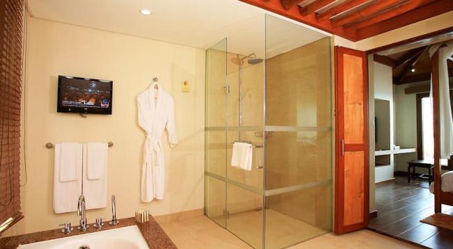 バスタブとシャワーブースが分かれており広々したバスルームです!嬉しい設備です/イメージ