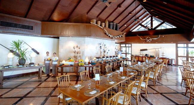【レストラン】涼しい室内と美しい自然に囲まれたオープンエリアに分かれているレストランです/イメージ