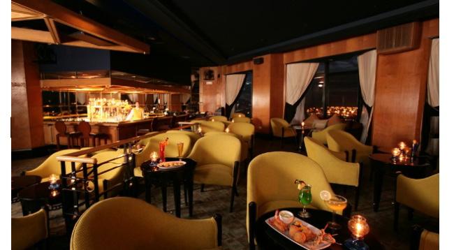 最上階にあるスカイラウンジは、生演奏を聴きながら、マニラの夜景を一望でき、人気を集めています/イメージ