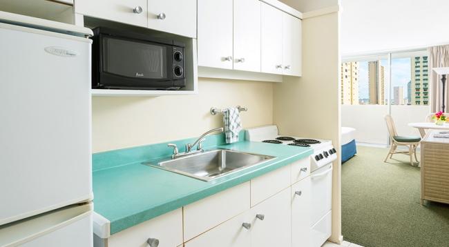 キッチンには冷蔵庫、電子レンジ、コンロがあります/アンバサダー/イメージ