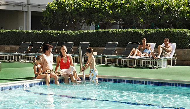 レクリエーション・デッキにある大きな温水プール/ワイキキバニアン/イメージ