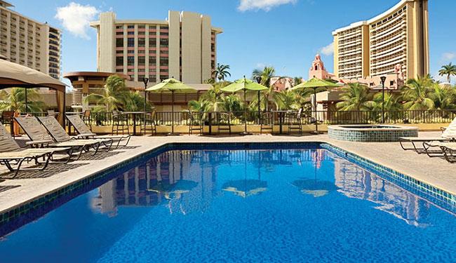 ホテル1階にはワイキキきっての大型デパート「メイシーズ」があります/心に位置するワイキキビーチコマー バイ アウトリガー/イメージ