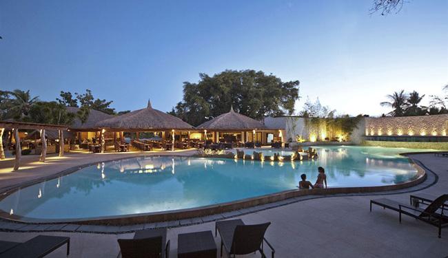 広々したプールがあり、夜はロマンティックな雰囲気です/プールイメージ