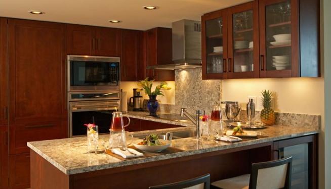 フルキッチンには食器や調理器具も完備!その他、洗濯乾燥機も用意されています/トランプ/イメージ