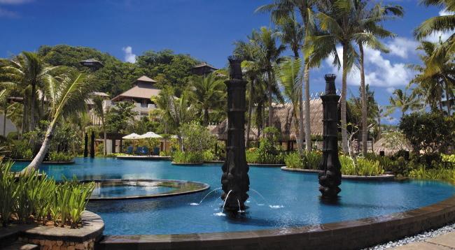 緑豊かなガーデンと噴水に囲まれた国内最大級のフリーフォームプールを完備!プールサイドにはレストランやバーもあります♪/イメージ/シャングリラボラカイ
