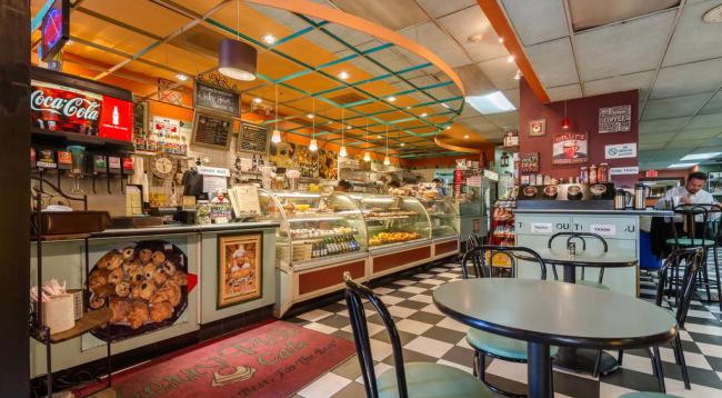 併設のカフェでは軽食が楽しめます/カワダホテル/イメージ