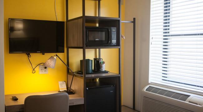 冷蔵庫と電子レンジ、コーヒーメーカーがあるお部屋/カワダ/イメージ